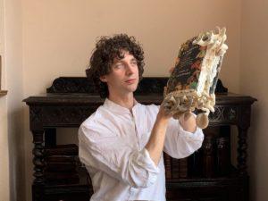 Биолог съел грибы, которые выросли на страницах его книги