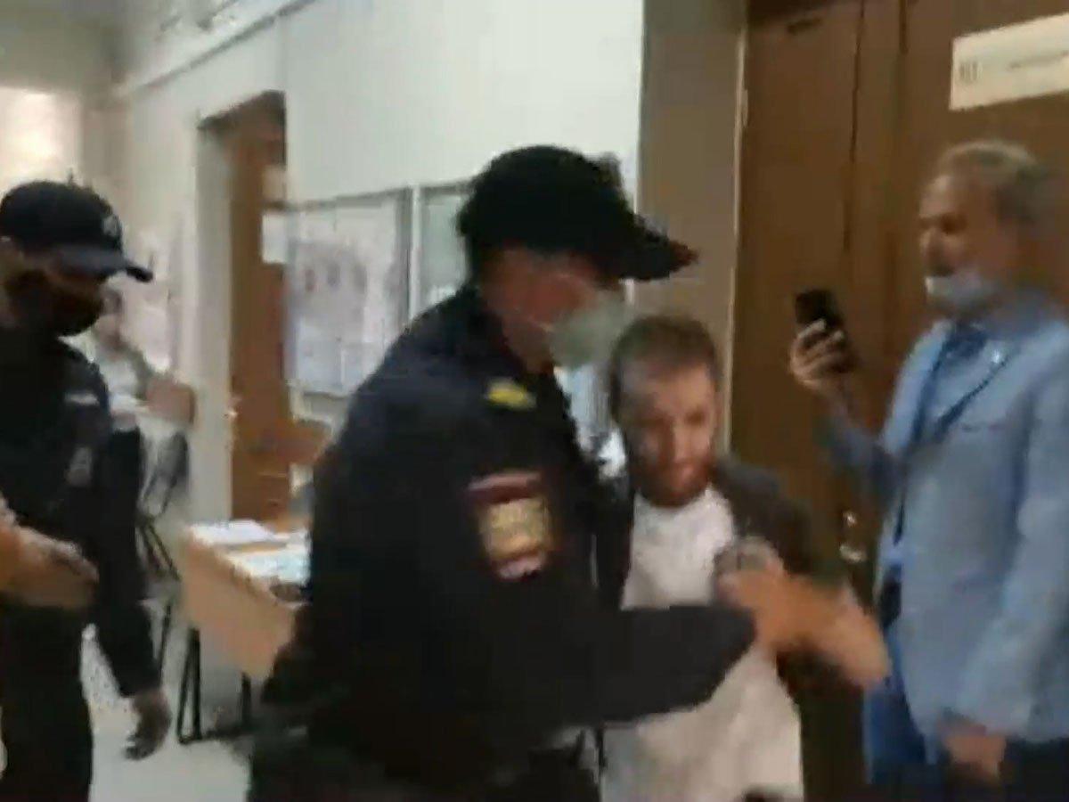 В Петербурге на избирательном участке полицейский напал на корреспондента «Медиазоны». Журналисту сломали руку