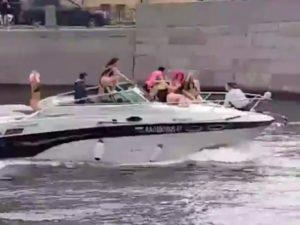 Девушка на катере ударилась об элемент низкого моста