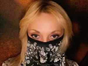 Орбакайте извинилась перед подписчками за ношение маски