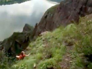 В сети появилось видео падения девушки со скалы в Красноярском крае