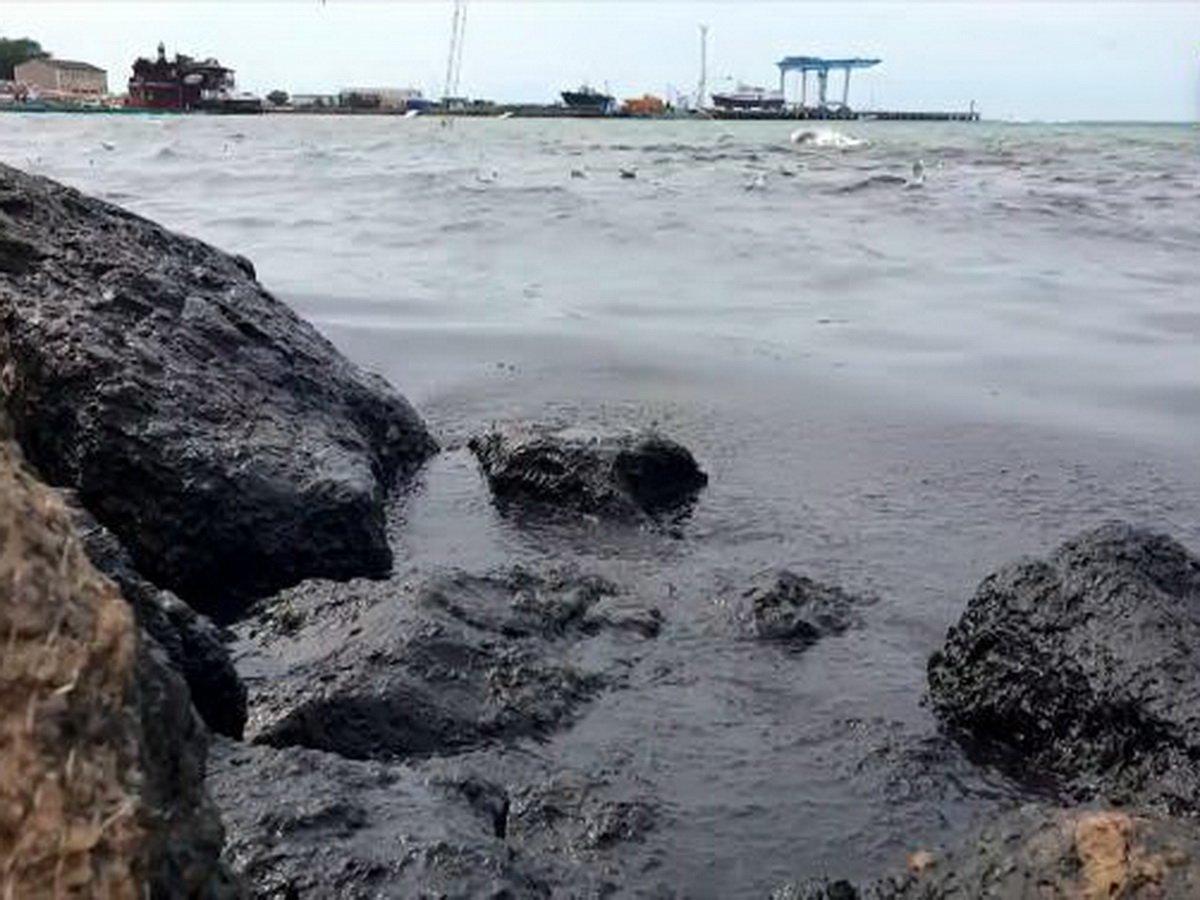 В Анапе почернела вода
