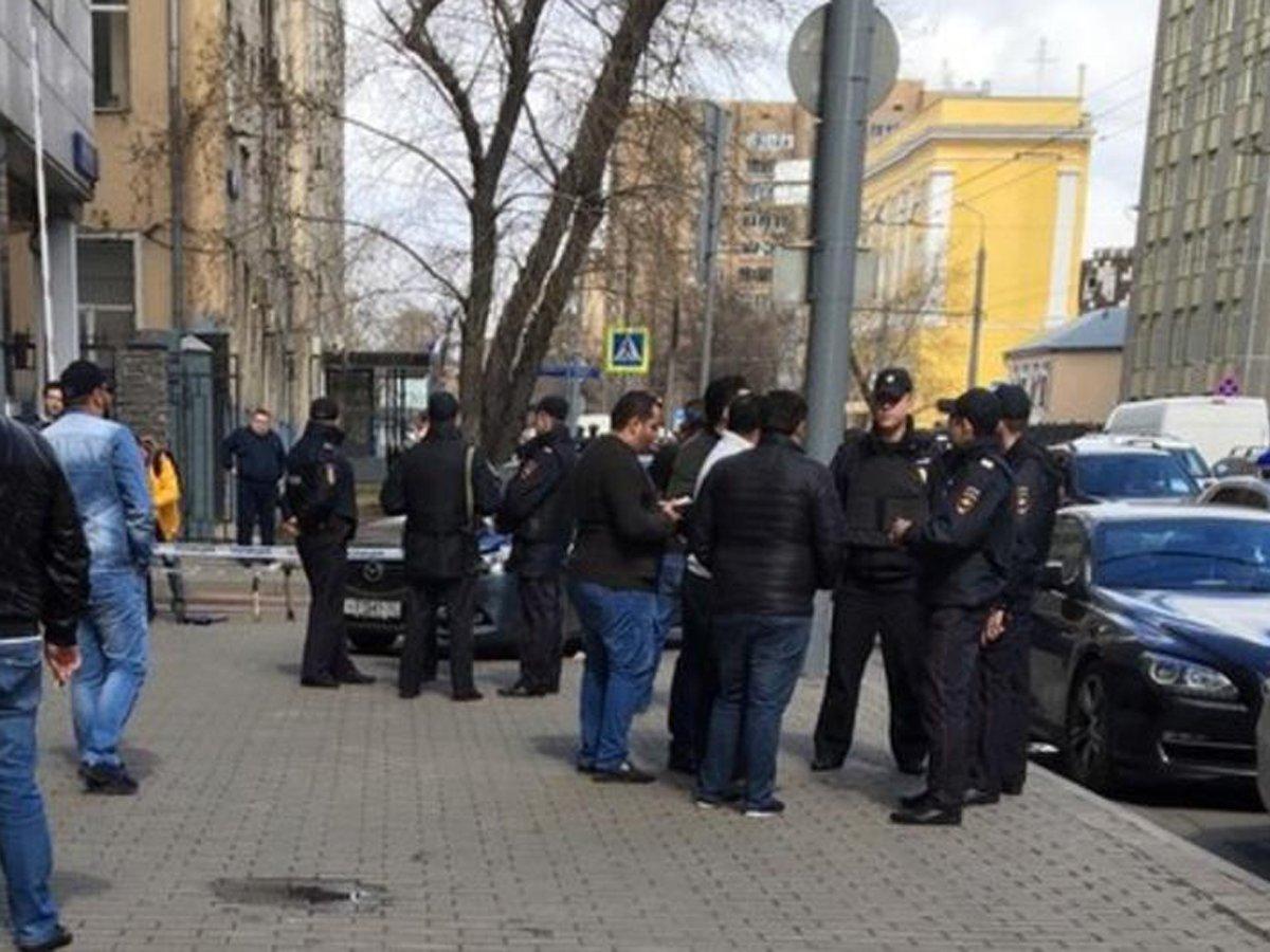 В Москве грабители расстреляли парня на остановке