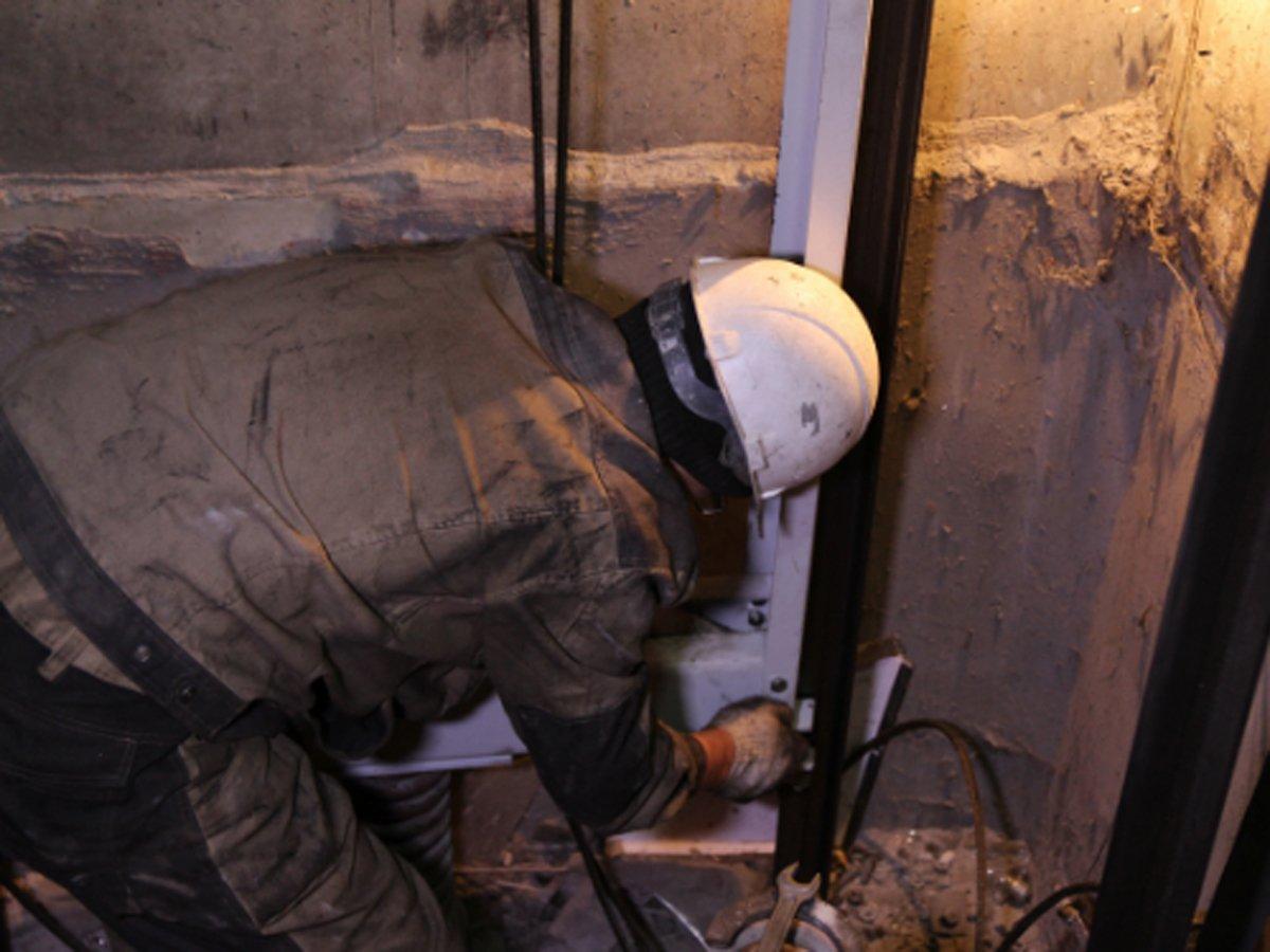 В Москве депутату предложили утвердить ремонт лифтов в доме. Стоимость работ в акте написали исчезающими чернилами