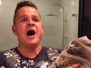 Поющий хозяин с котом