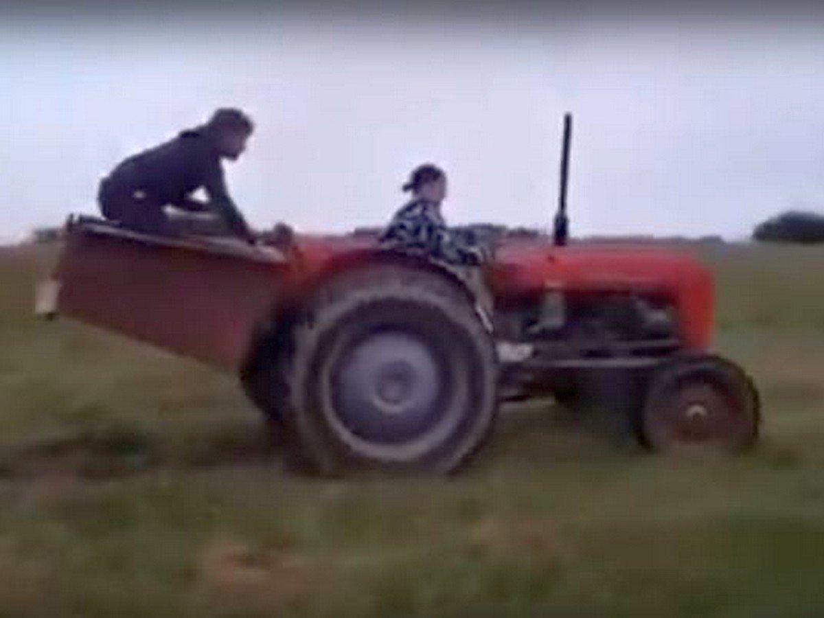 Девушка села за руль трактора