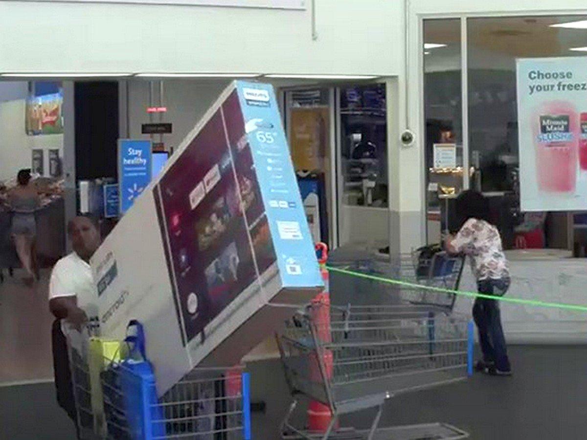 Женщина вынесла огромный телевизор из магазина, не оплатив его
