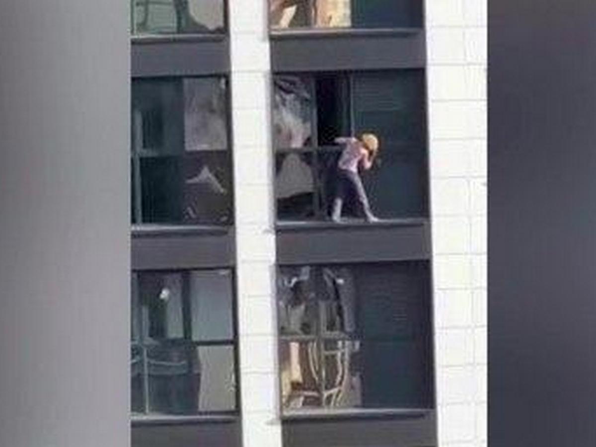 Домохозяйка помыла окна на 17-м этаже без страховки