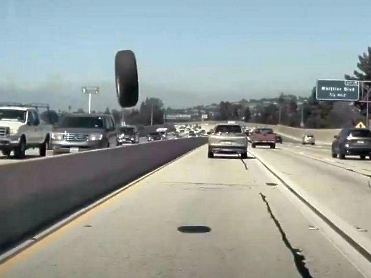 Tesla на автопилоте увернулась от летящего колеса