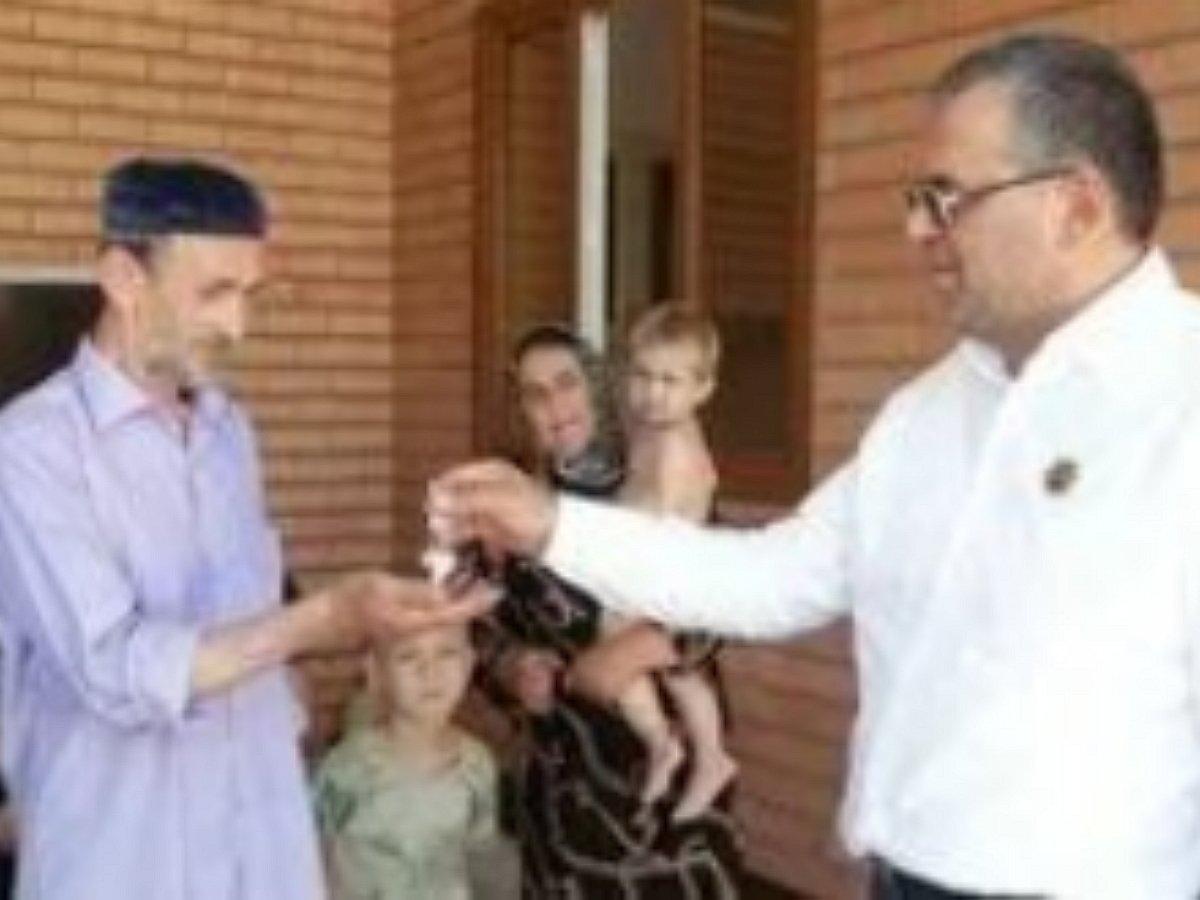 Власти Чечни подарили вдовцу Мадины Умаевой новый дом