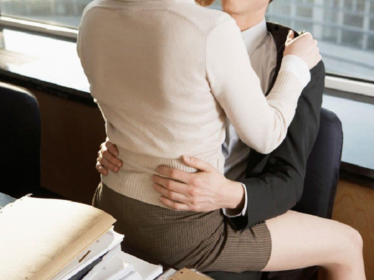 Чиновник устроил секс-совещание с секретаршей в прямом эфире