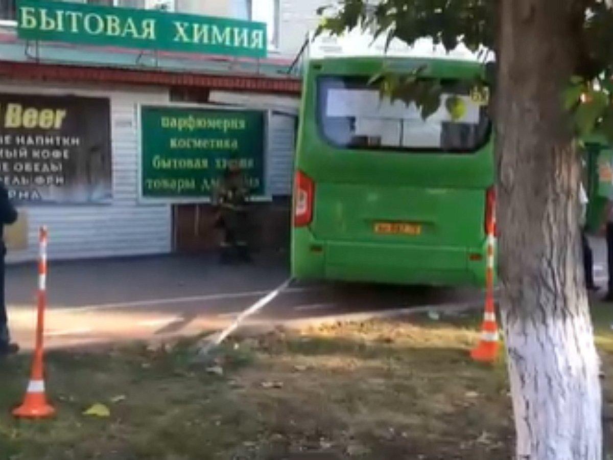 В Тюмени автобус врезался в книжный магазин