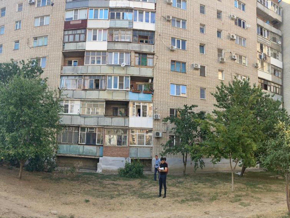 Два малыша выпали из окна 6-го этажа, оба погибли