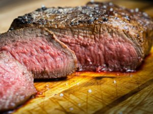 кусок мяса ожил на доске