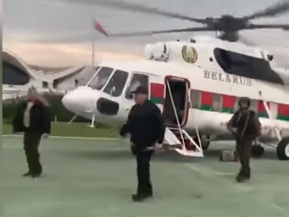 Лукашенко с автоматом прилетел к себе в резиденцию в Минске