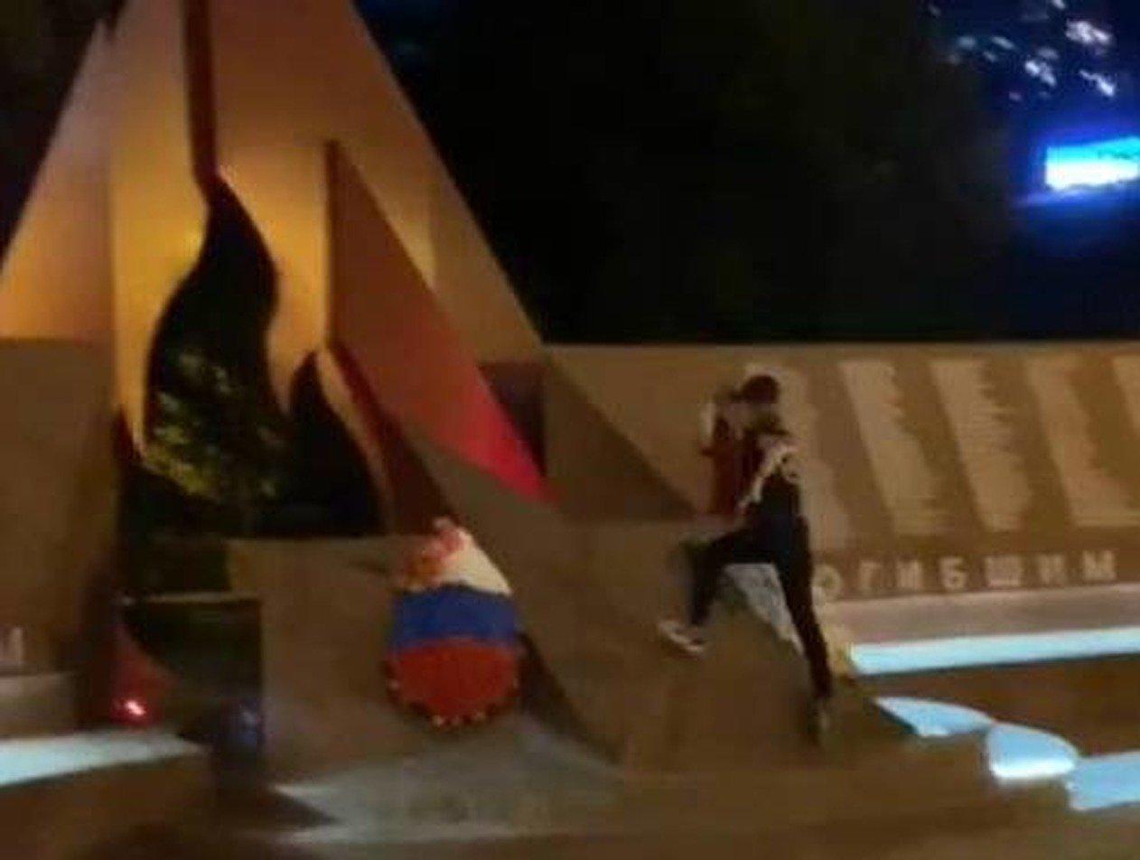 Подростки в Сочи пробежали по памятнику воинам, павшим в годы ВОВ