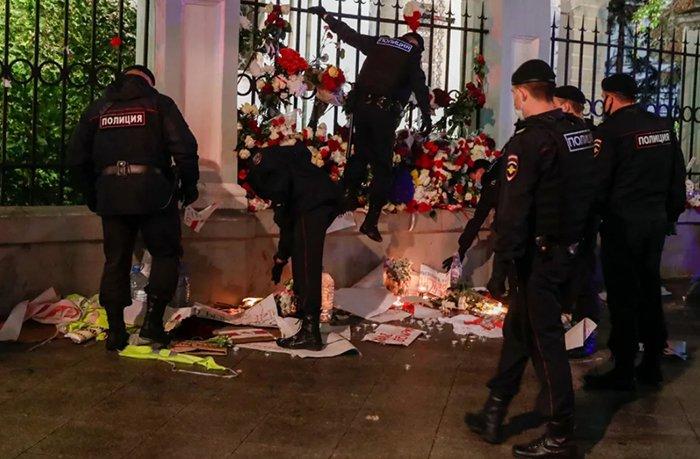 Полиция уничтожает мемориал у посольства Белоруссии