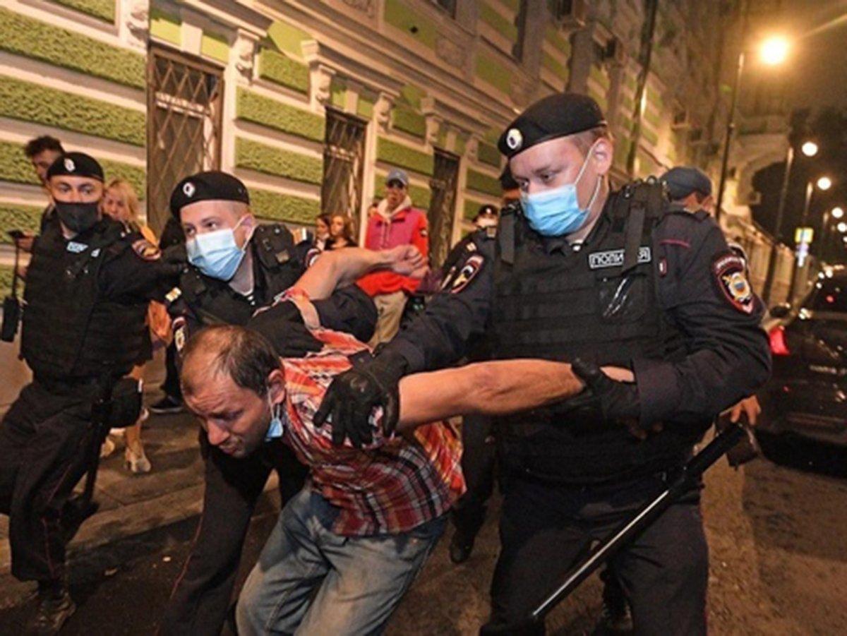 Полиция задерживает людей у посольства Белоруссии в Москве