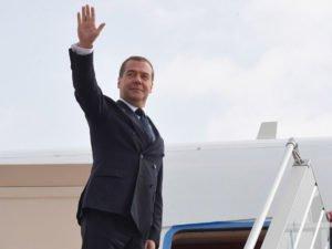 Путин распорядился выдать Медведеву с женой диппаспорт
