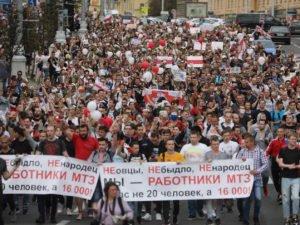 Тысячи жителей Минска вышли к Дому правительства: военные опустили щиты