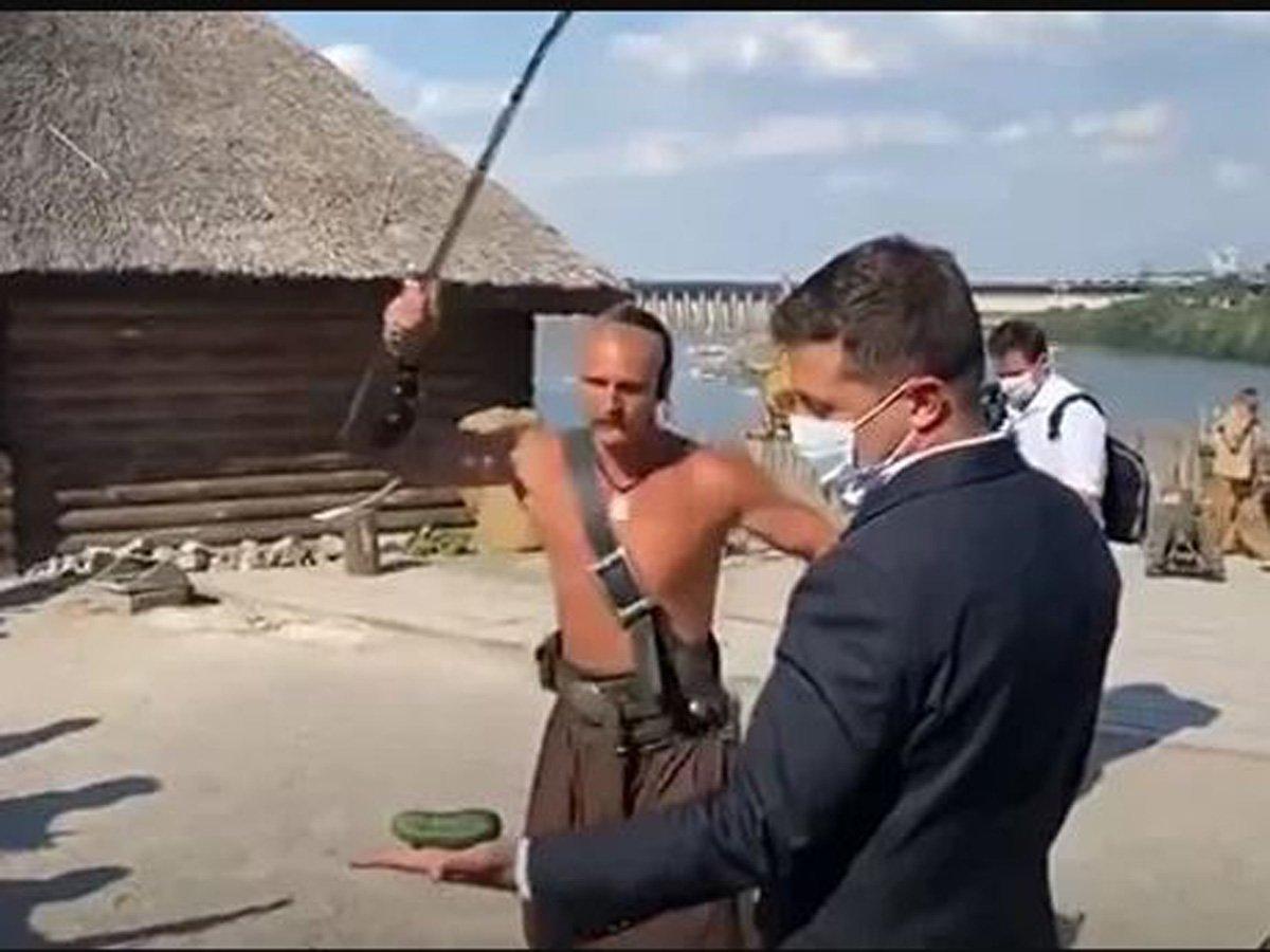 Зеленский подставил руку под саблю казака