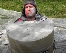 Житель Чувашии ради хайпа замуровал себя в бочке с алебастром