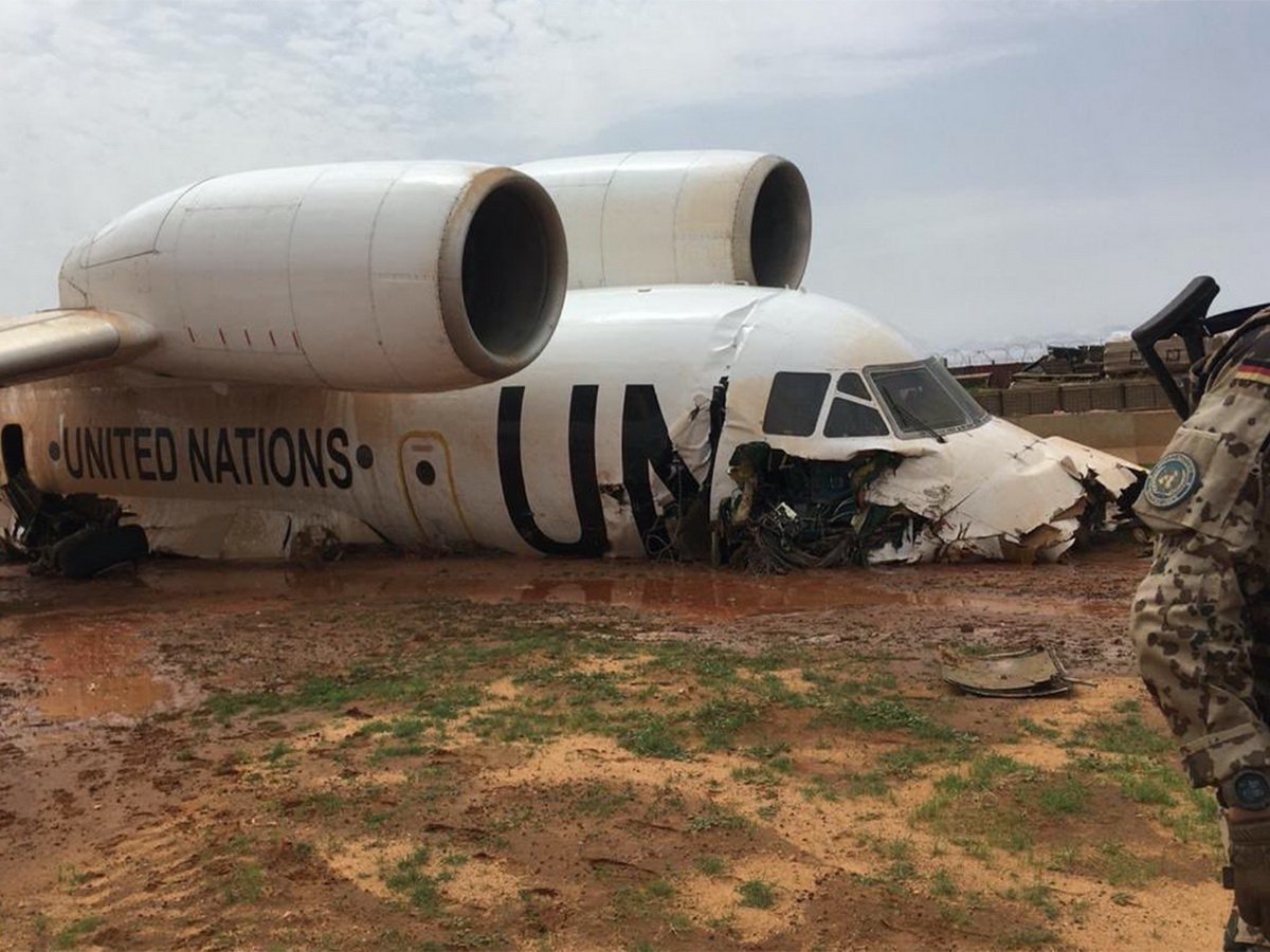 Семеро россиян пострадали в Мали при жесткой посадке