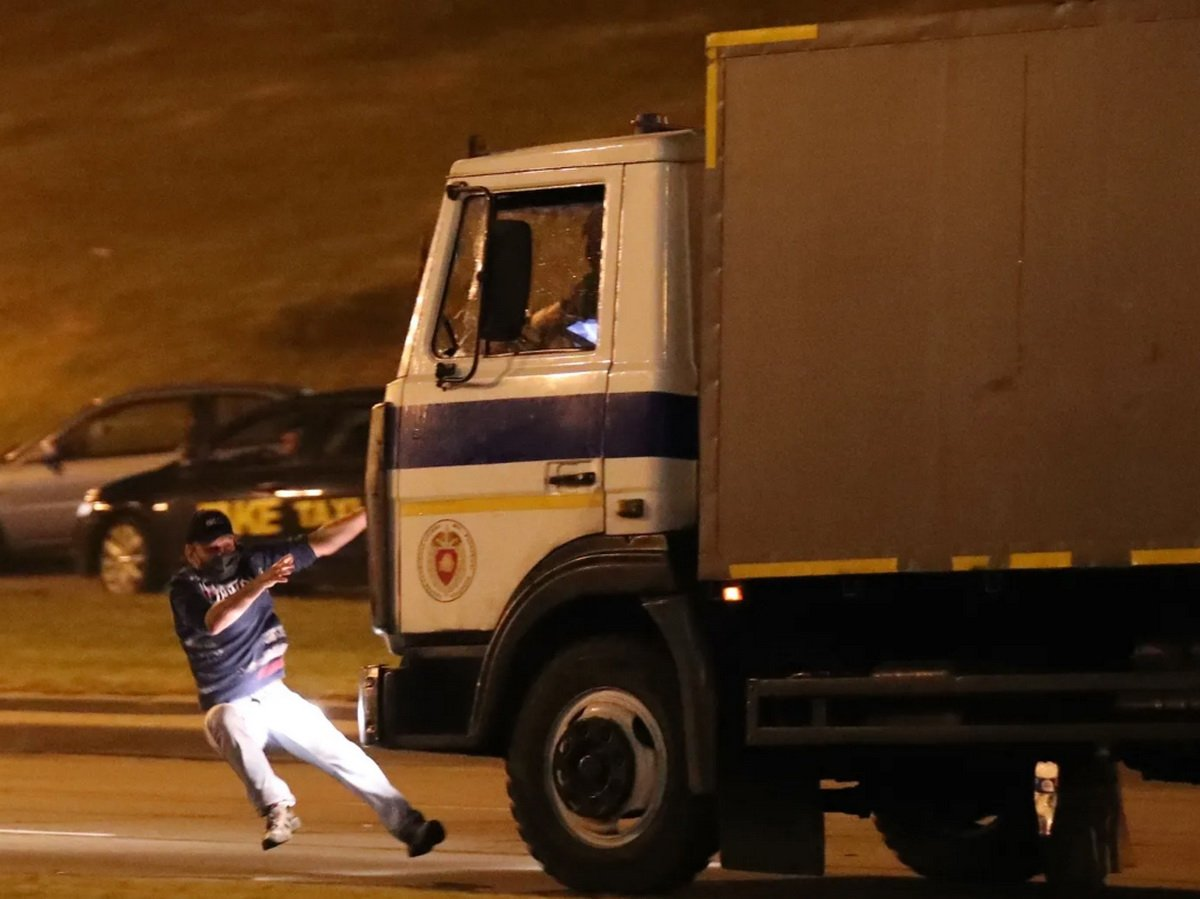 Автозак в Минске сбил протестующего насмерть