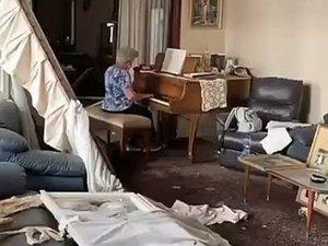 Пожилая ливанка сыграла на пианино в разрушенном доме