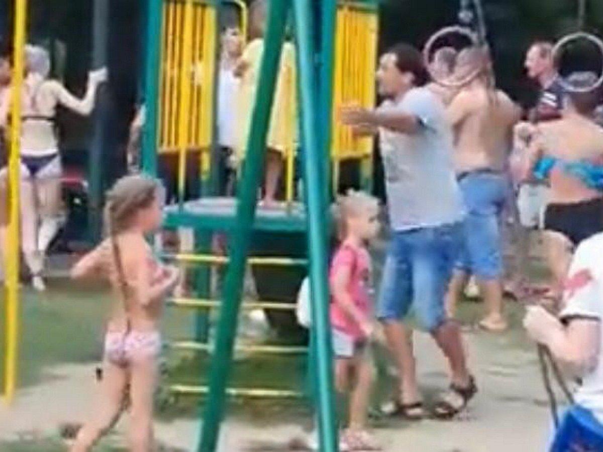 В Сочи отдыхающие в купальниках устроили массовую драку