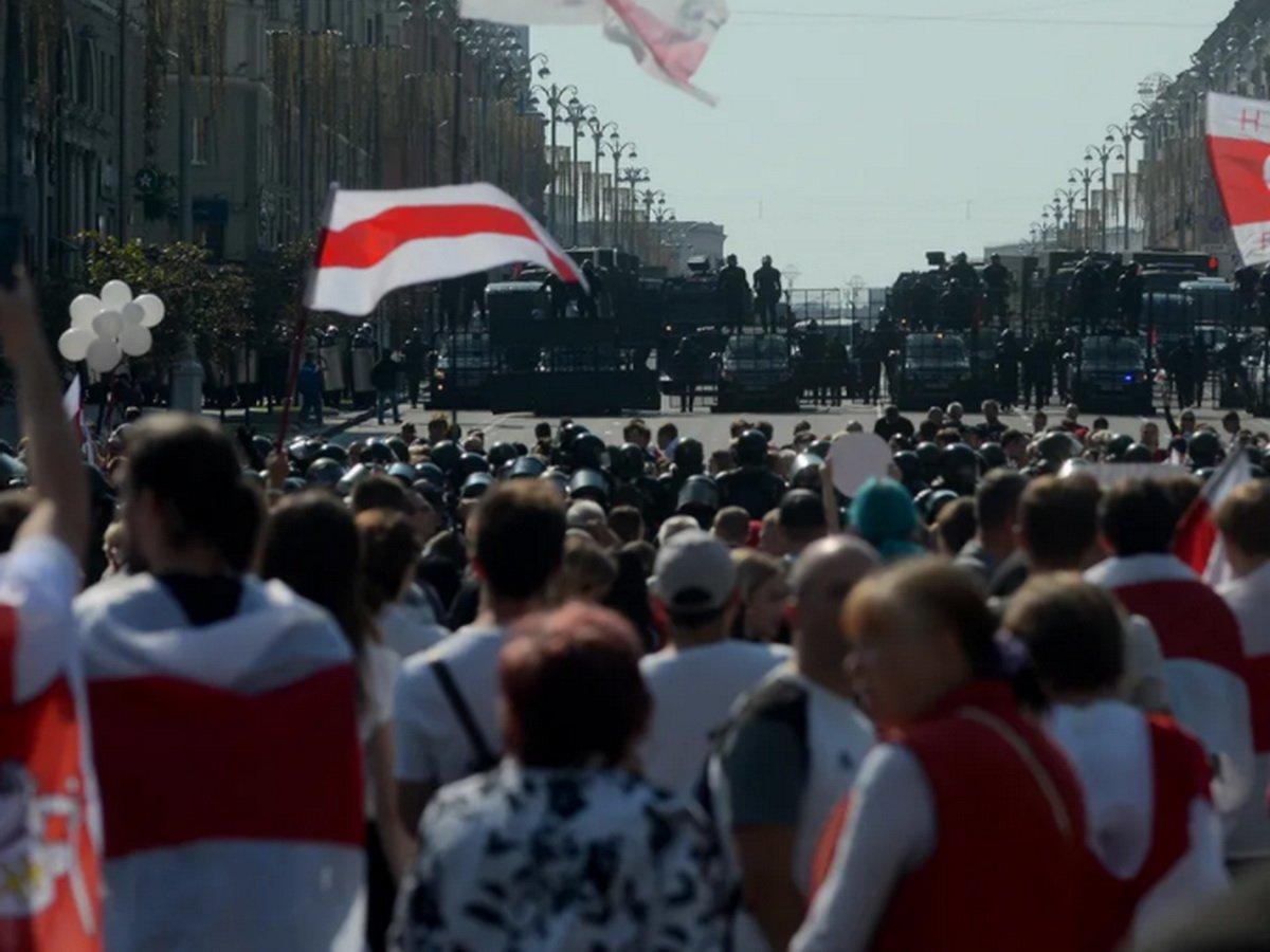 Протесты в Минске: Лукашенко снова появился с автоматом в руках