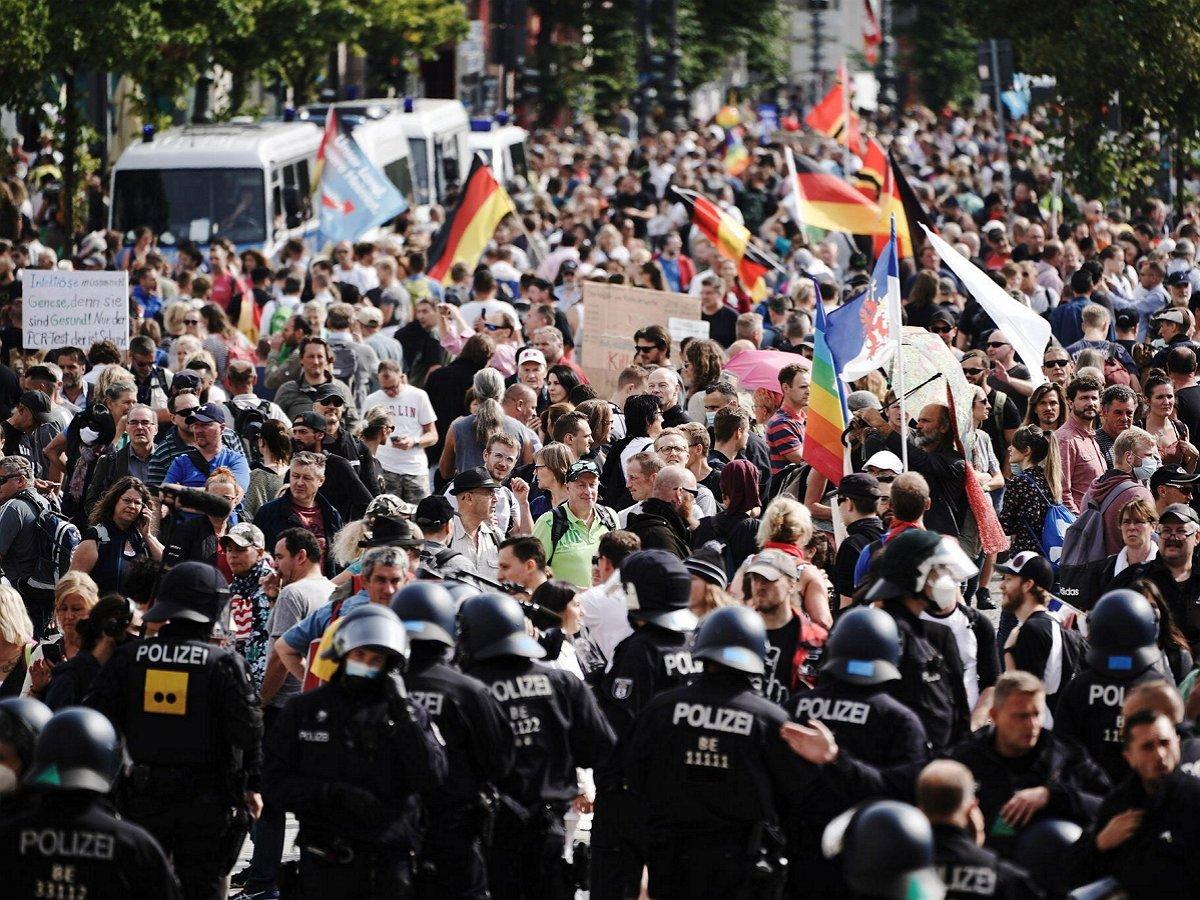 На митинге в Берлине против COVID-19 ограничений начали скандировать «Путин!»
