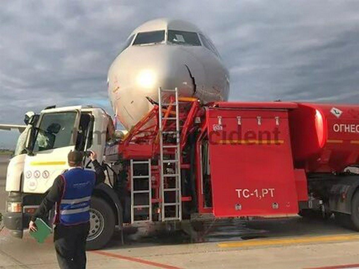 Столкновение бензовоза с самолетом