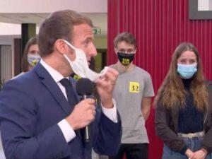 Президент Франции снял маску во время встречи, чтобы откашляться