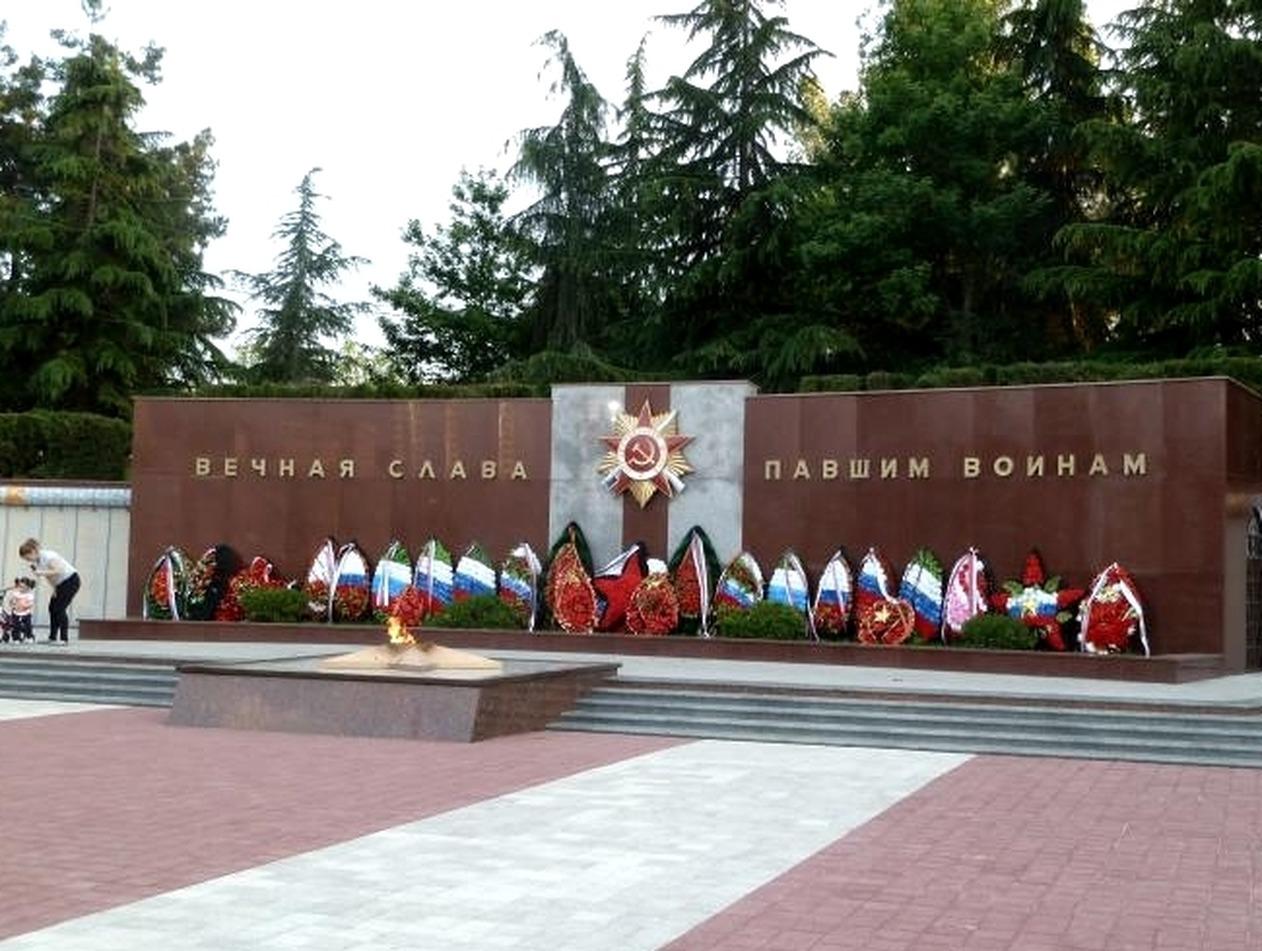 В Сочи туристка загорала на могиле воинов, возмутив жителей