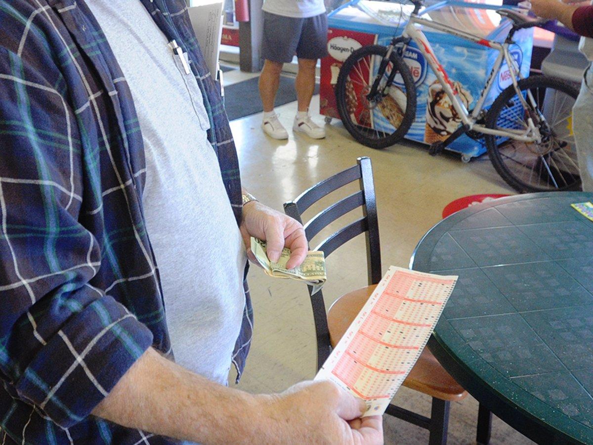 Мужчина 30 лет ставил в лотерею на те же числа и сорвал джекпот