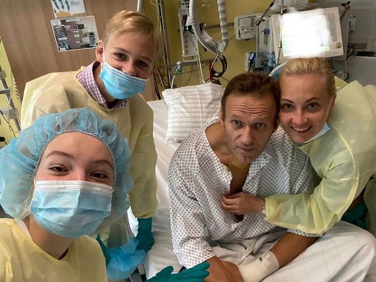 Навальный в больнице с семьей