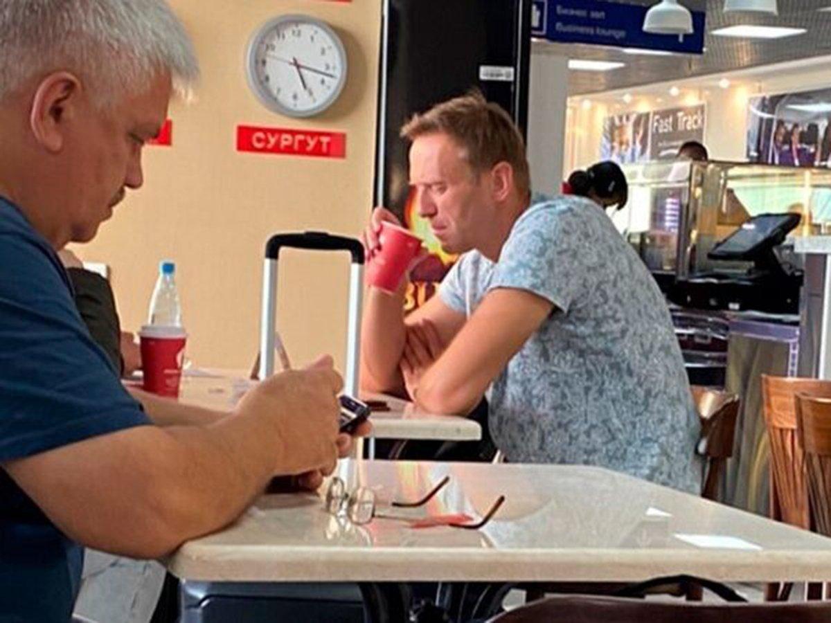 Навальный пьет чай