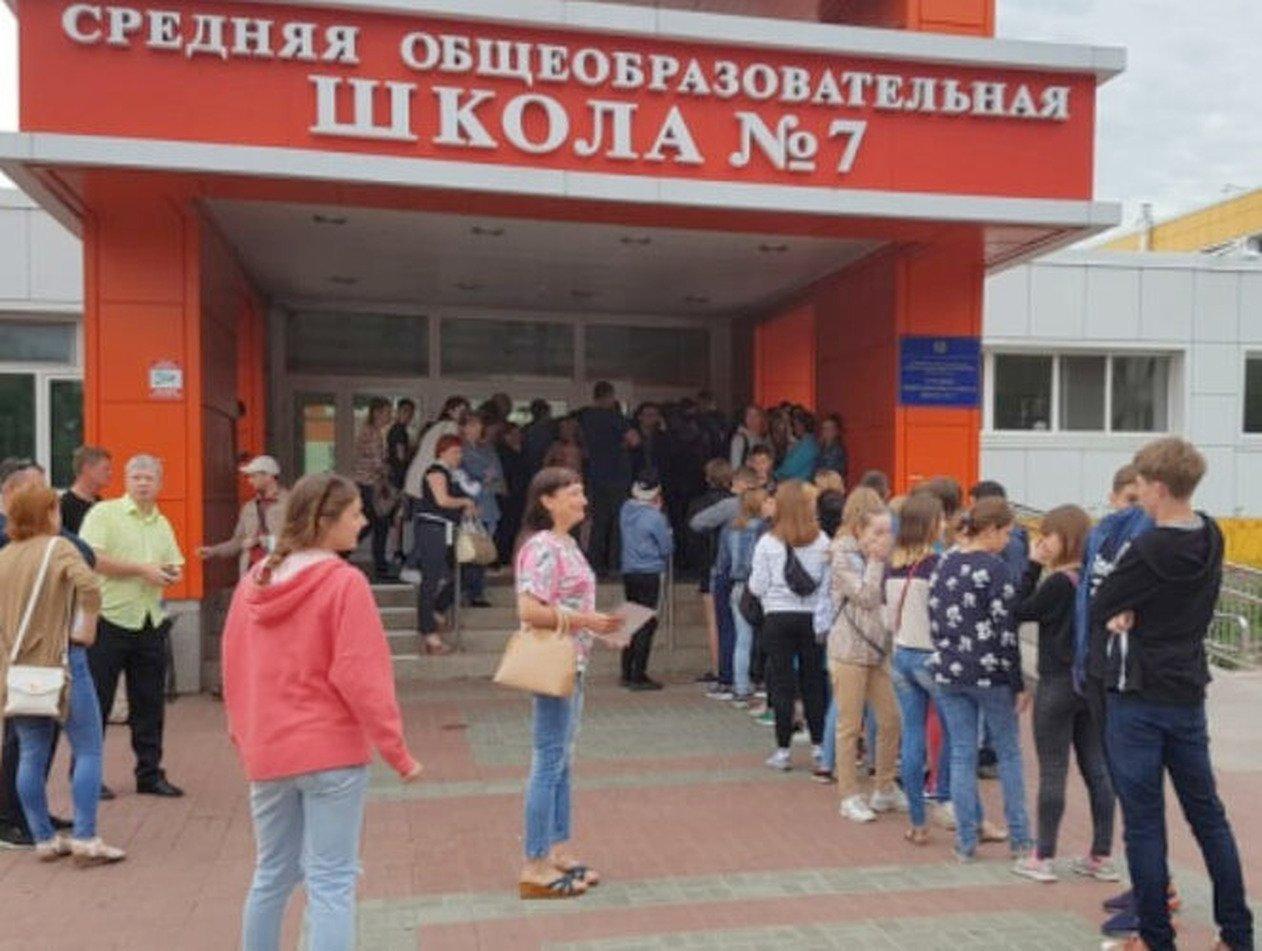 Дети по всей России из-за COVID-19 выстроились в очереди в школы