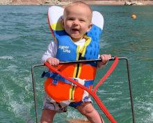 Младенца поставили на водные лыжи в 6 месяцев