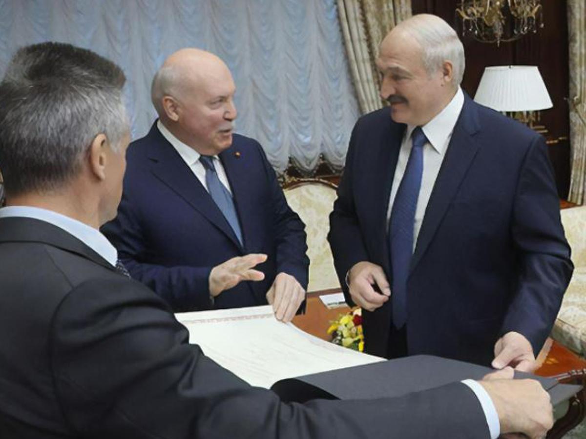 Посол РФ подарил Лукашенко карту с Белоруссией в составе России