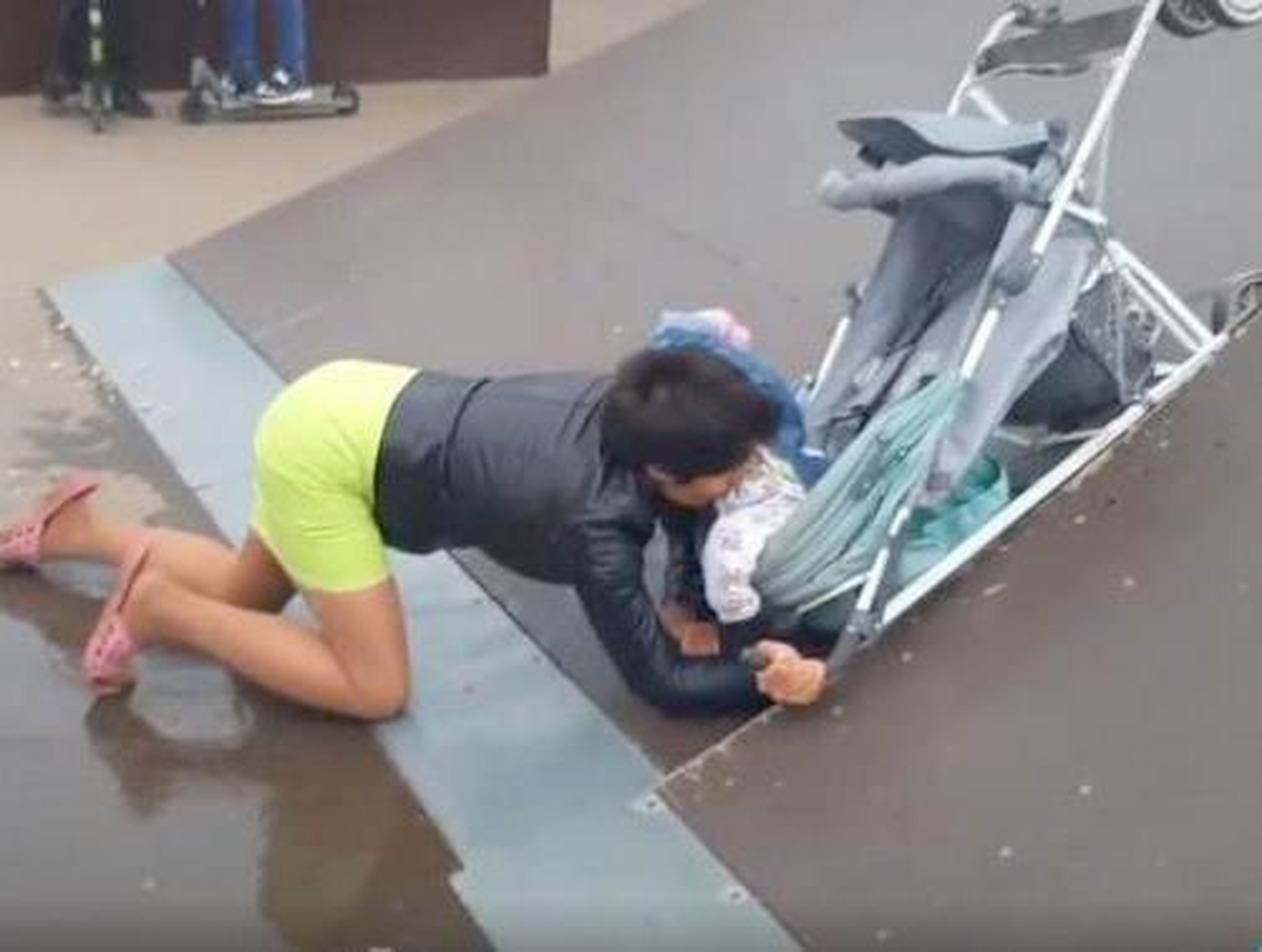 Под Тулой пьяная мать в скейт-парке выронила дочь из коляски