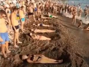 Развлечение туристов на пляже Сочи