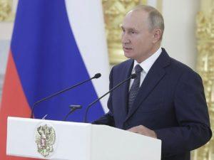 Владимир Путин осудил зарплаты россиян ниже 12 тысяч рублей