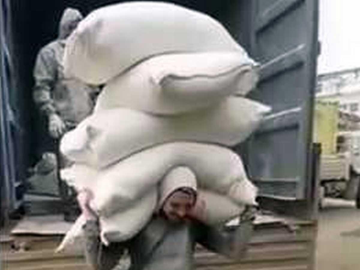 Парнишка, взваливший на плечи 250 кг муки, прославился в Сети