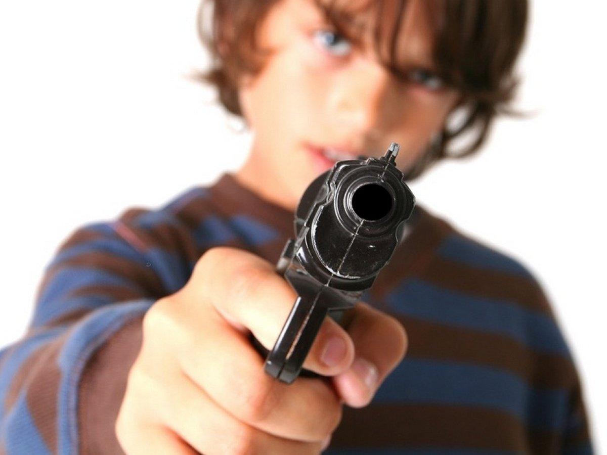 Ребенка с мамой не пустили в самолет в аэропорту Симферополя из-за игрушечного пистолета