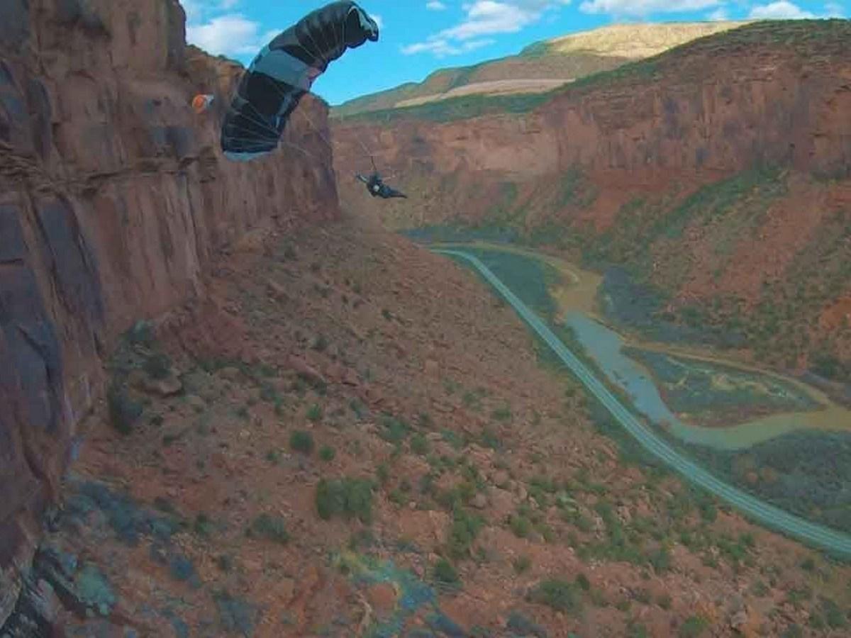 Прыжки бейсджамперов с огромной скалы сняли на видео