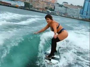 Россиянка занялась серфингом на шпильках