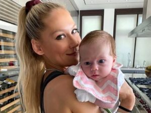Анна Курникова с младшей дочерью