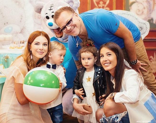 Подольская и Топурия с детьми
